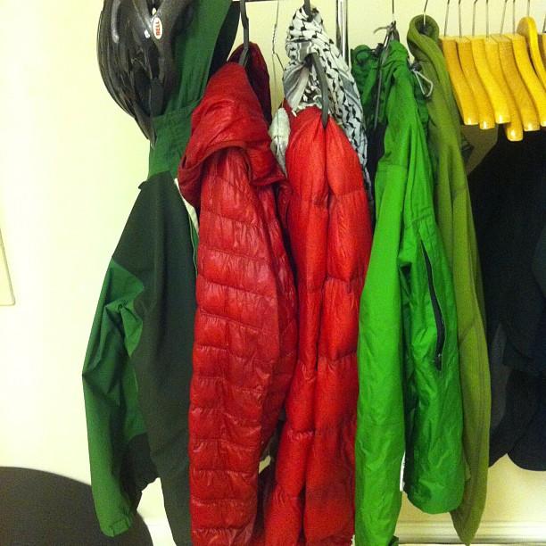 Man skulle kunna tro att jag gillar grönt och rött. Iaf om man kollar på min garderob.. Och mina sovsäckar.. #alskarattsovaute #skogsmullen by skogsmullen