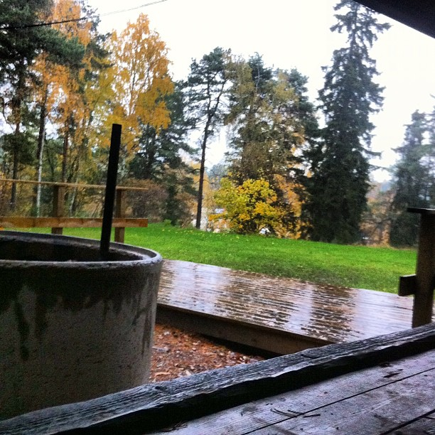October 18, 2012 at 12:21PM När jag gick och la mig igår var det stjärnklart när jag vaknade regnade det friskt.. #alskarattsovaute by skogsmullen