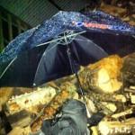 October 19, 2012 at 11:53PM När det regnar och taket inte  är helt tätt överallt kan det vara bra att ha sakerna under ett paraply. #alskarattsovaute by skogsmullen