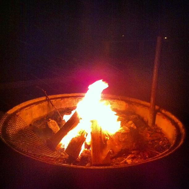 October 25, 2012 at 08:56PM Nu får det vara nog med pluggandet för idag, nu eldning i snöfallet det kommer bli en spännande vinter #alskarattsovaute by skogsmullen
